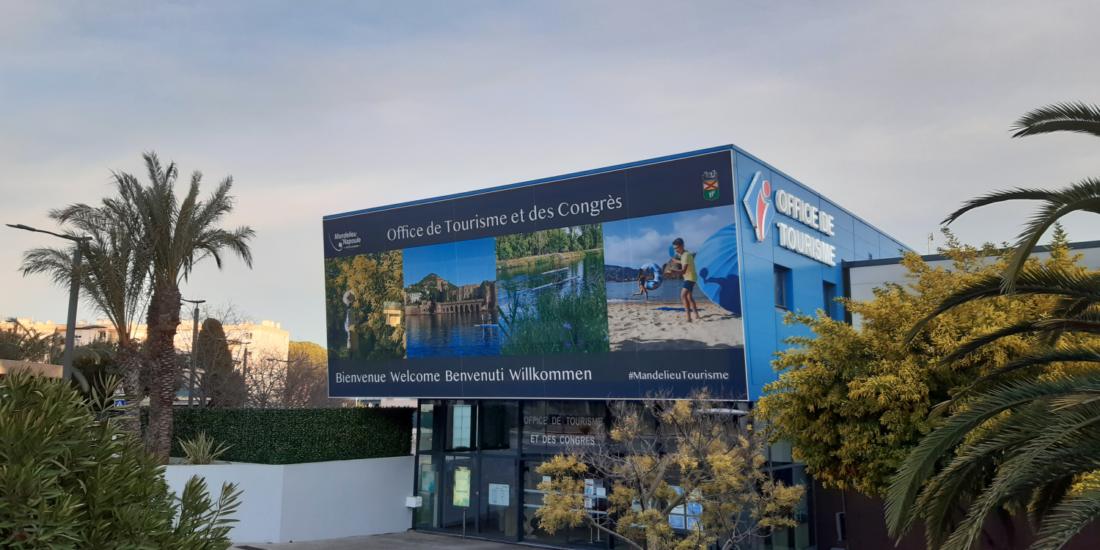 Réalisation d'une toile microperforée pour la façade de l'Office du Tourisme de Mandelieu.